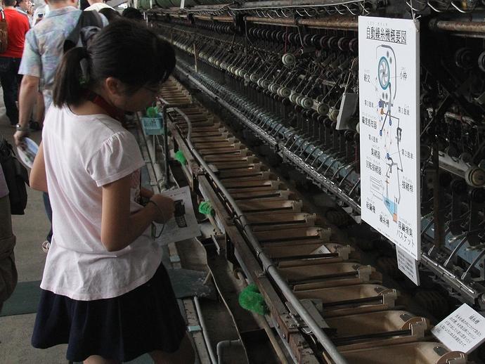 自動繰糸機を観察する子供(富岡製糸場にて)