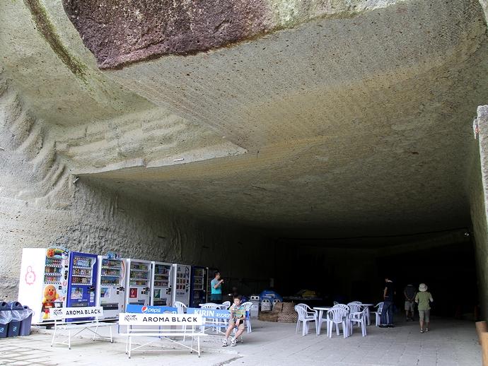 まるでトンネル!?大谷資料館の自販機コーナー