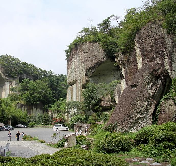 宇都宮市大谷町 大谷資料館と大谷石の崖