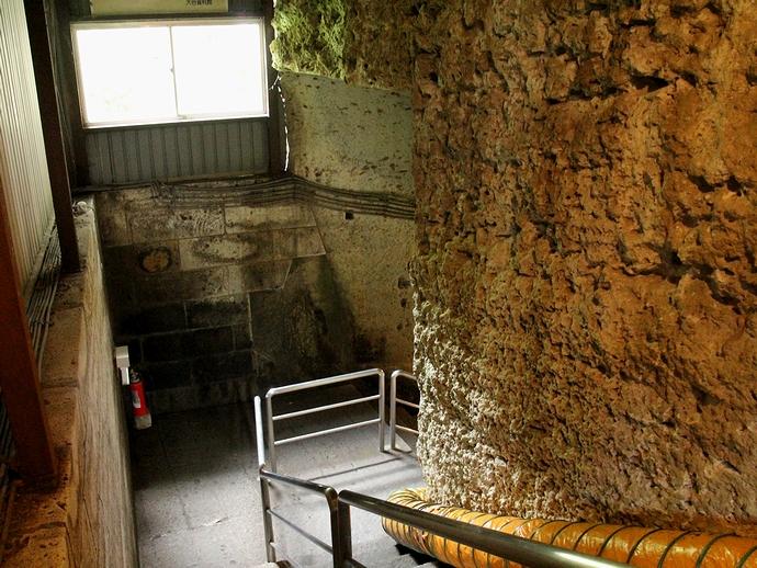 地下の洞窟へと続く階段(大谷石地下採掘場跡)