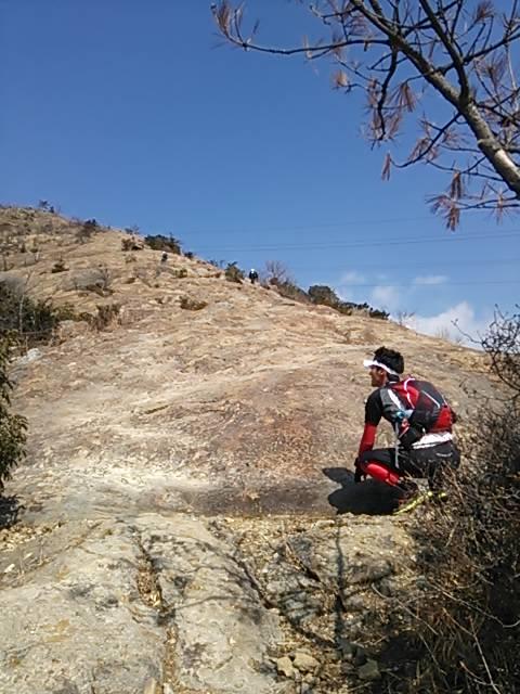 bgさん岩見上げる