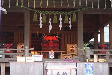 鎌倉宮 本殿前に居ます