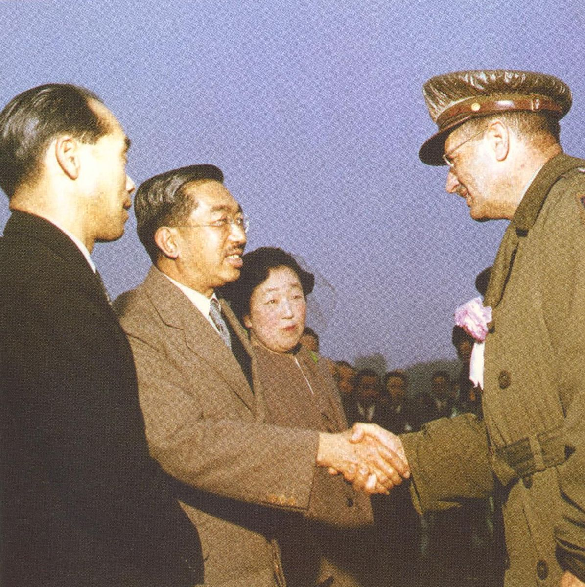 昭和天皇と握手するマーカット少将