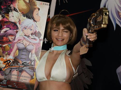 アニメジャパン2014で現役JKグラドル星名美津紀がエロコスでおっぱいハミ出まくり