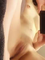 24歳の会社員兼風俗嬢がつるつるに剃ったオマ●コを膣内見えるくらいくぱぁした鏡撮りうp