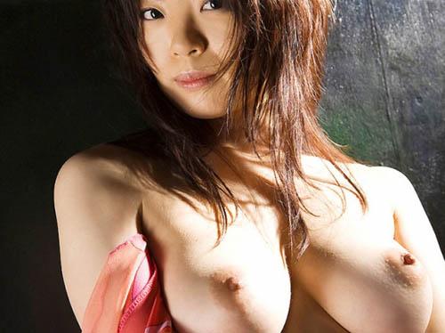 美人なお姉さんがピンク色のきれいな乳輪と乳首を近くで見せてくれた!