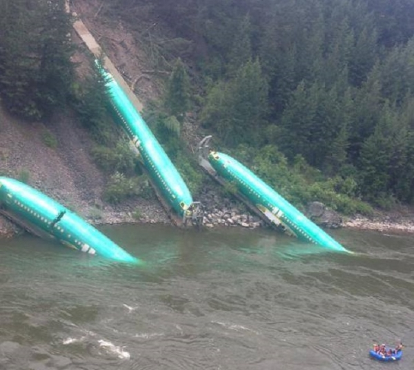 東京グルメ時々ファッション 川に墜落した大量のボーイング737型機