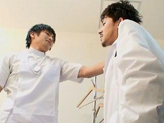 ゲイ動画:白衣を着た小悪魔 !? 先生の秘密知ってるんだよね。