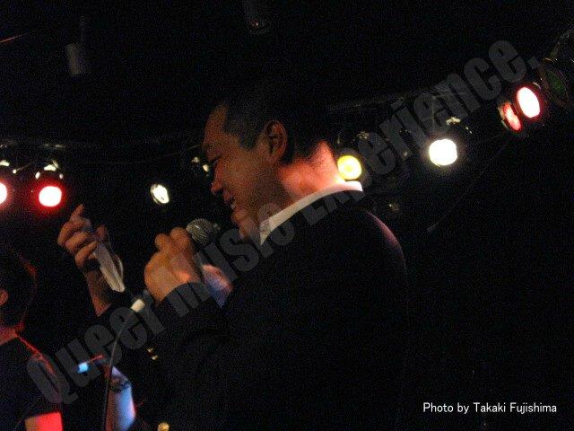 スマホで歌詞を見ながら「DISTANCE」を歌う岡本 忍さん