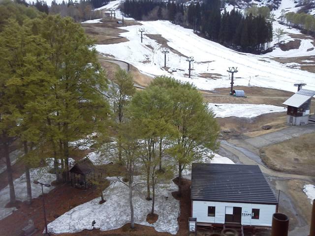 ニューグリンピア津南露天風呂より新緑と残雪を眺める