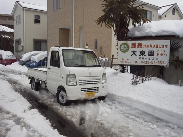 雪の中を走るマツダスクラム