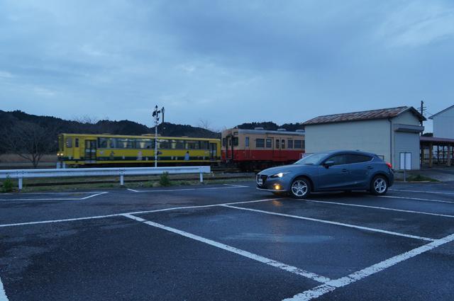 国吉駅を発車する始発列車