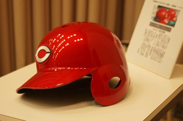 プレミアムソウルレッド色の東洋カープの打撃用ヘルメット