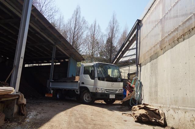 マツダ タイタン ダッシュと堆肥倉庫の一角