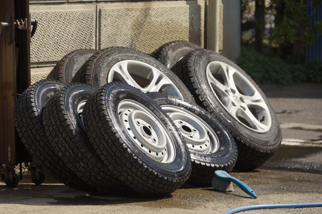 アクセラとスクラムの冬タイヤを洗う