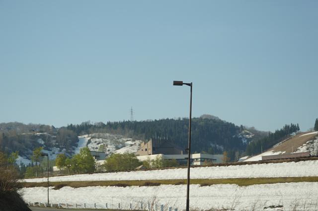 まだまだ雪が残っているニューグリンピア津南