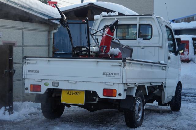 マツダ スクラム軽トラにのった除雪ロータリーとスノーダンプとスコップ