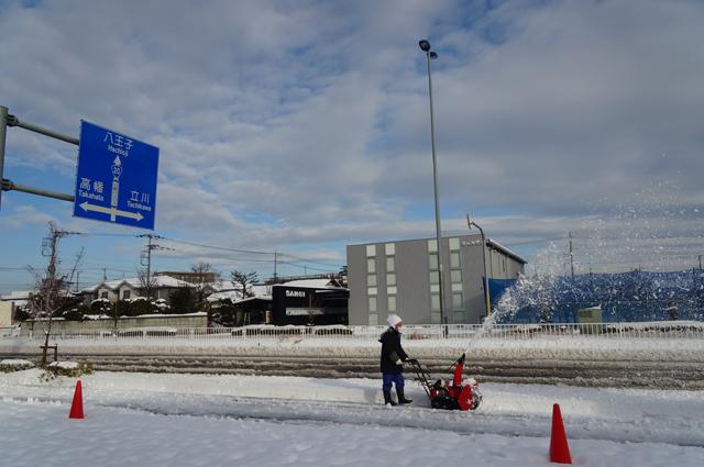 ちいさな除雪ロータリー投雪中