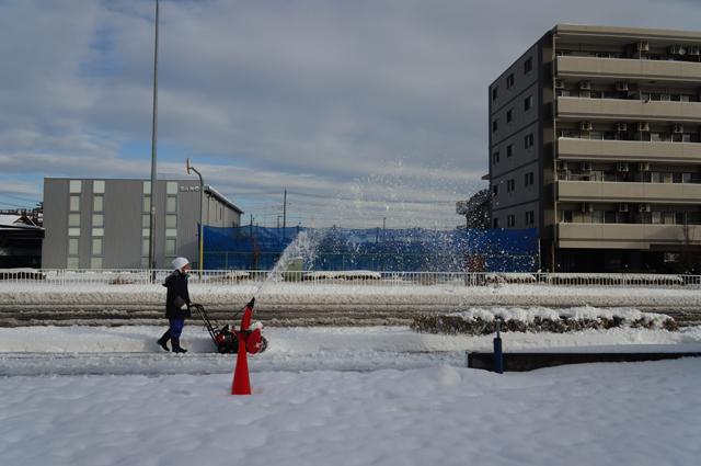 ちいさな除雪ロータリー・国道の歩道で投雪中