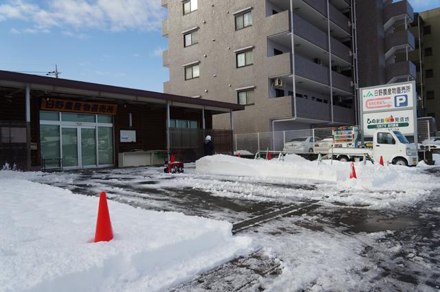 日野の農協の直売所を除雪する