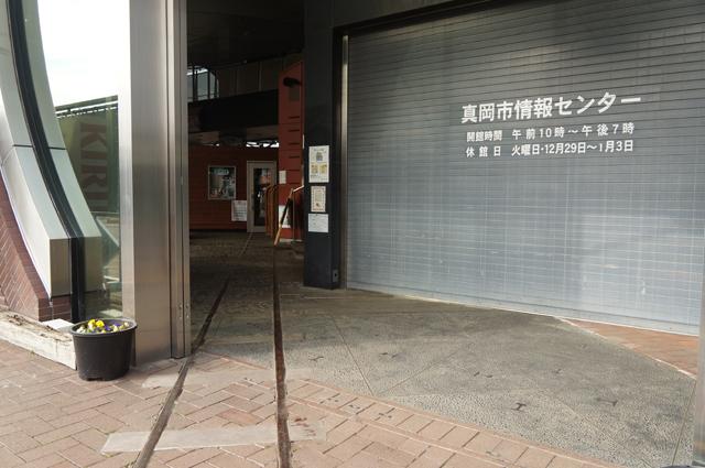 真岡駅、駅の中に、レールとバラスを模したオブジェ