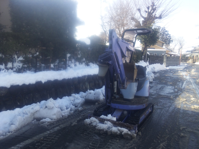 排土板で雪を除、コマツのユンボ