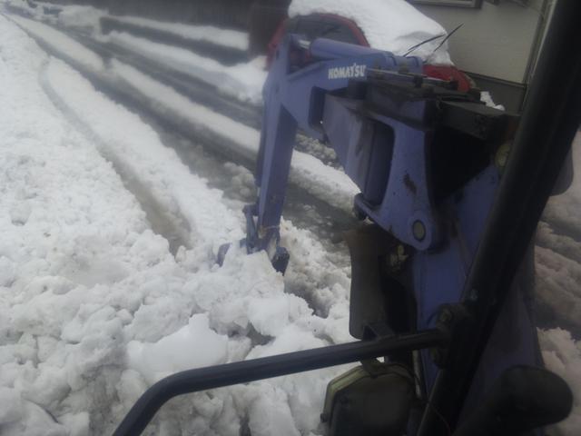 ユンボで雪を掘る
