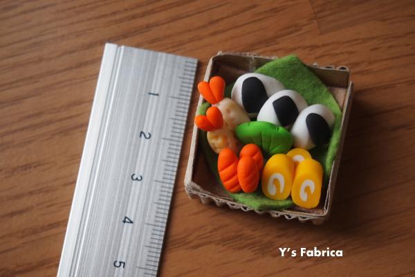 粘土で制作した「おむすび弁当」です。