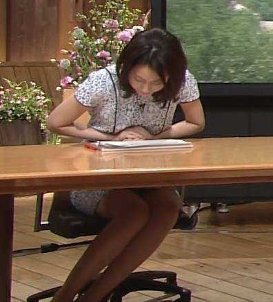 小川彩佳 パンチラしそうなミニスカ▼ゾーン (報道ステーション 20140529)