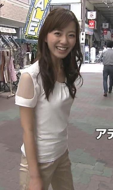 内田嶺衣奈 体のラインが出てるTシャツキャプ・エロ画像2