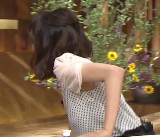 青山愛 横乳キャプ・エロ画像3
