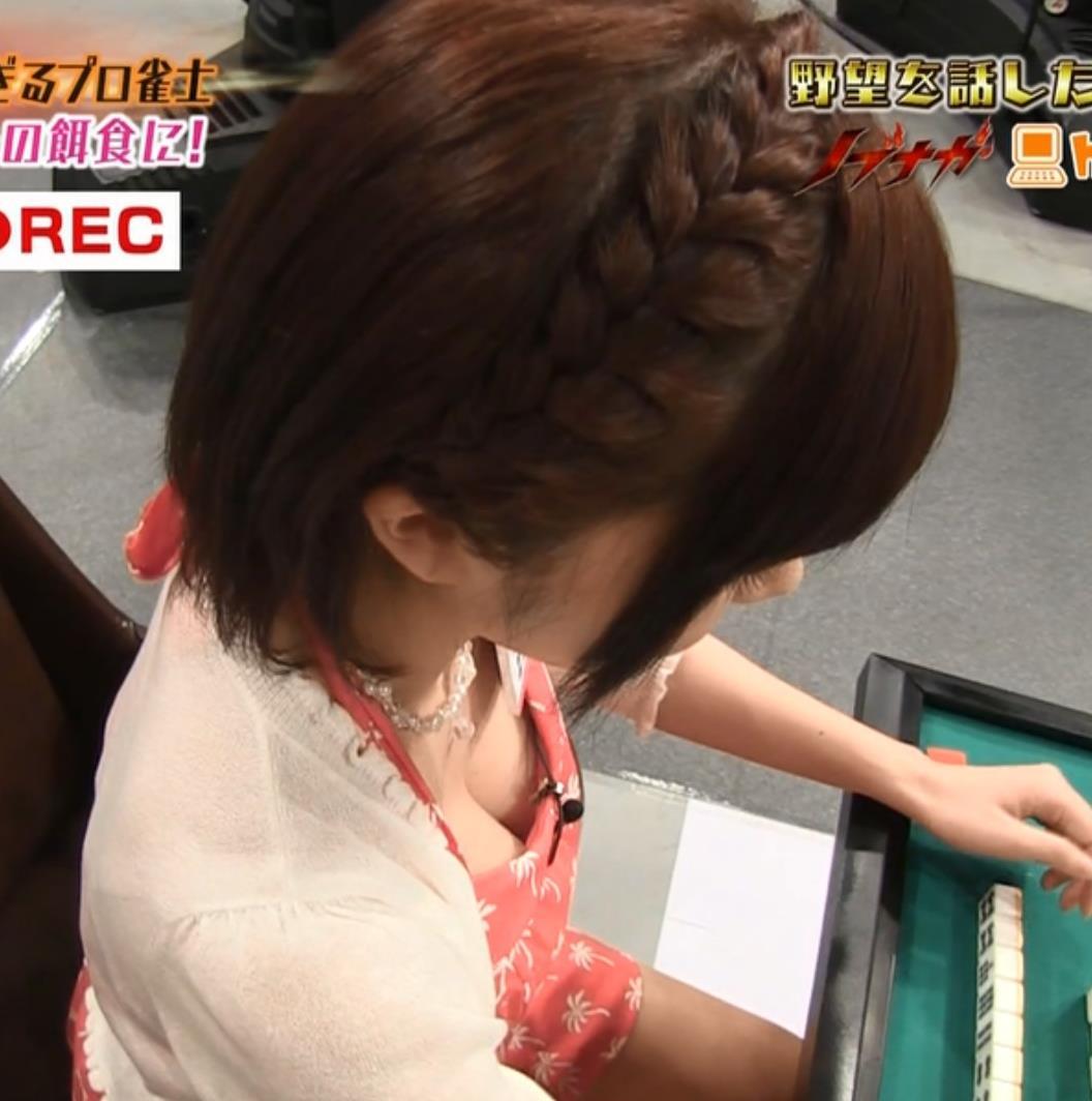 高宮まり 胸の谷間キャプ・エロ画像