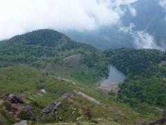 山頂近くからの弥陀が池