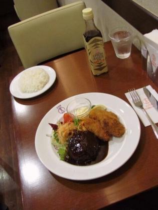 エキュートうえの洋食や三代目たいめいけん,季節のおすすめカキフライメニューより、国産粗挽きハンバーグ&広島地御前産カキフライ2