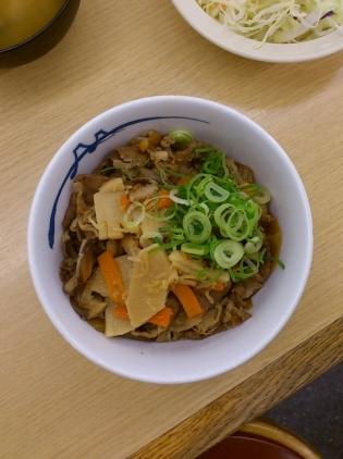 松屋にて筍牛めし(並)(2014年4月1日(火)15時より発売)と生野菜1