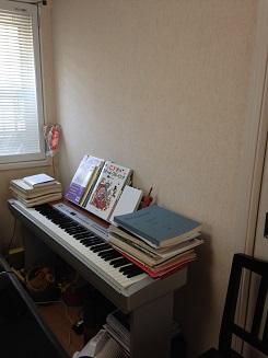 大庭邸 ピアノ室 ビフォー 電子ピアノ上