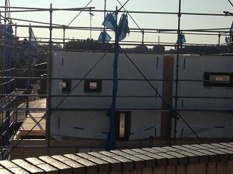 隣の建設中の家