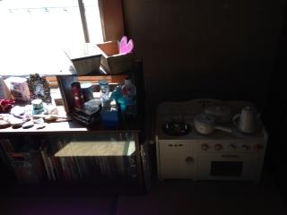 本棚とオモチャキッチン