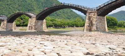 錦帯橋の下の敷石部分