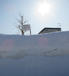 相変わらず雪で埋まっている
