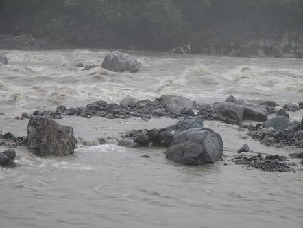 大雨の安曇川