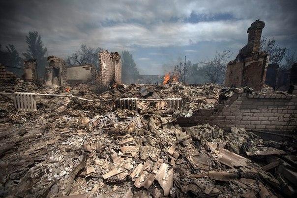 政府軍の爆撃で瓦礫の街と化したウクライナ東部