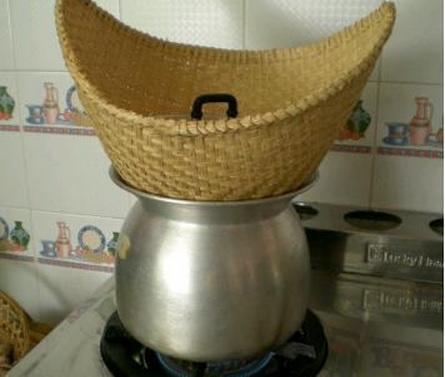 2014-7-25タイ米を蒸す壺とザル