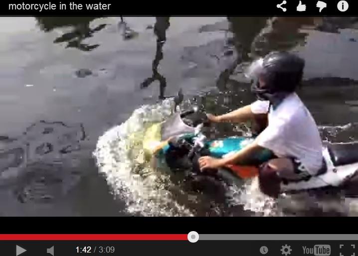 2014-8-21水中を走るバイク@バンコク