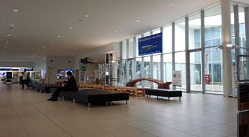 空港ロビーはこの広さ