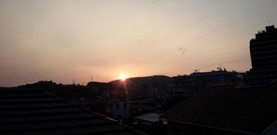 帰宅後眺める夕日