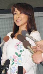 不倫報道で別々に会見、つちやかおり「大切な方」、布川敏和「子どもたちのために離婚しない方がいい」1