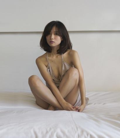 『anan』で、市川由衣が胸を足で隠したセクシーグラビアを披露2