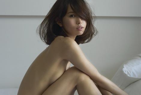 『anan』で、市川由衣が胸を足で隠したセクシーグラビアを披露1