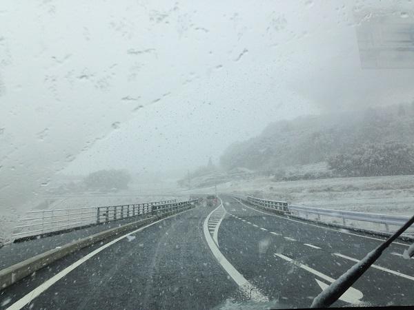 吉備高原通過中の春の吹雪